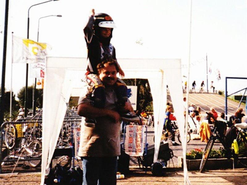Jonge Judy op schouders vader
